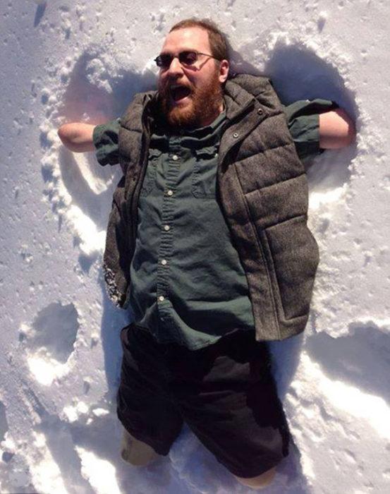 ángel de nieve hombre sin brazos ni piernas