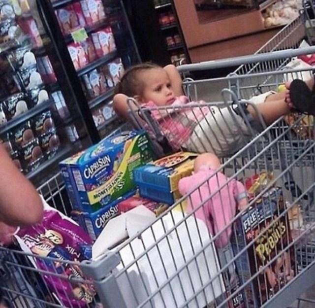 cosas de pequeños - niña compras en el carrito
