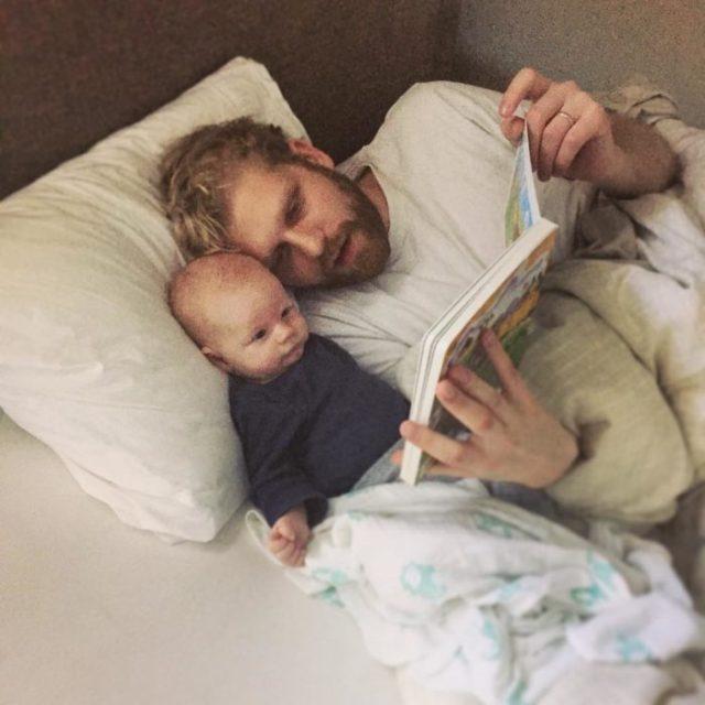 papá leyéndole a su bebé