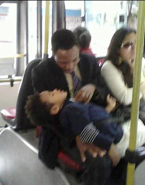parecidos a will y jaden smith en el transporte público
