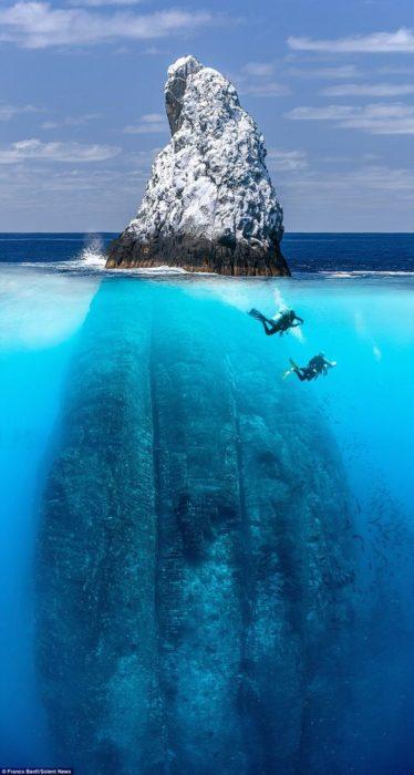 piedra gigante bajo del mar