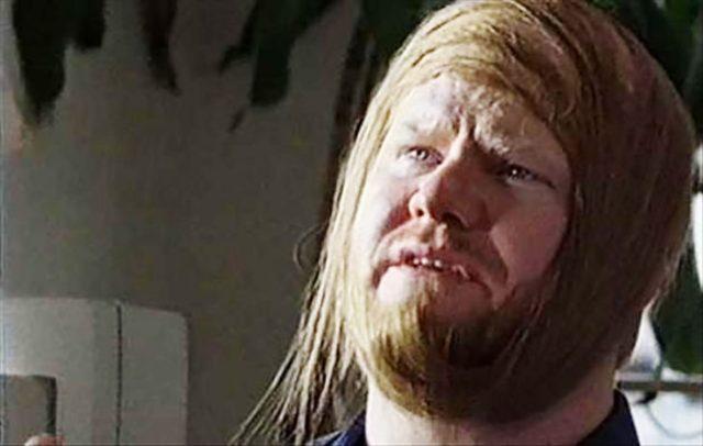 hombre que esconde su calvicie con su barba