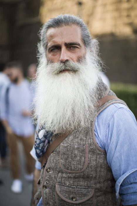 hombre canoso con barba