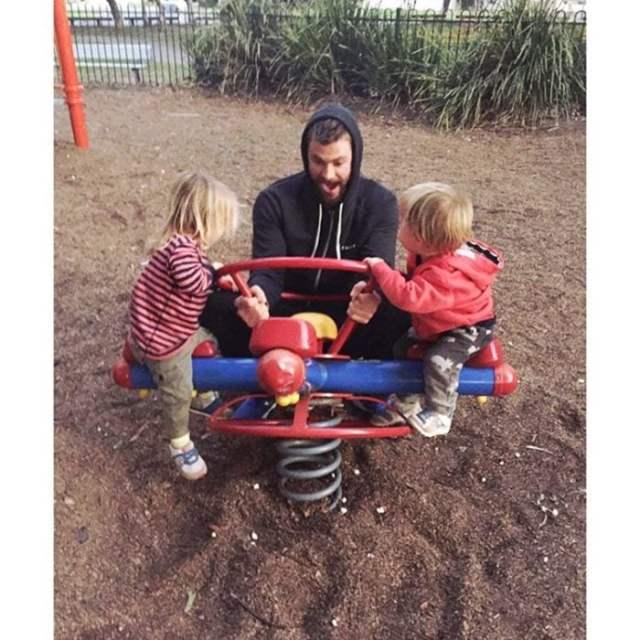 Chris Hermsworth jugando con sus hijos