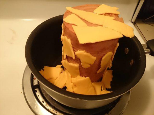 pila de jamón con queso amarillo