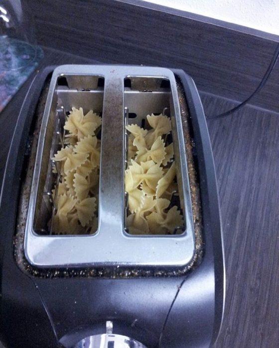 pasta sin cocinar en un tostador