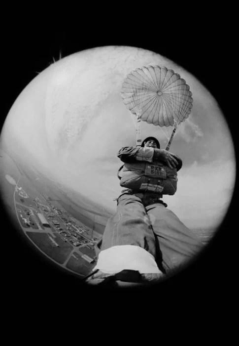 selfie de terry fincher aventándose de un paracaídas