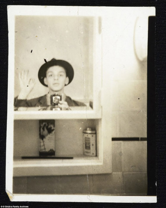 selfie de un joven frank sinatra