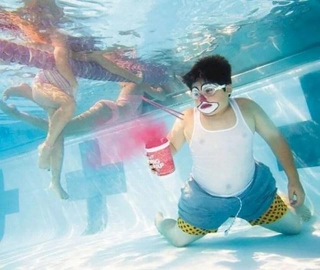 chico con un helado debajo de una piscina