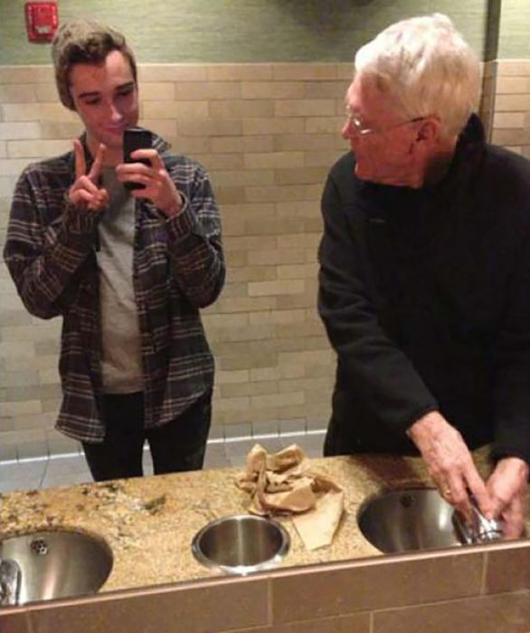 muchacho se jala selfie en el baño y al lado un ansiano lo ve raro