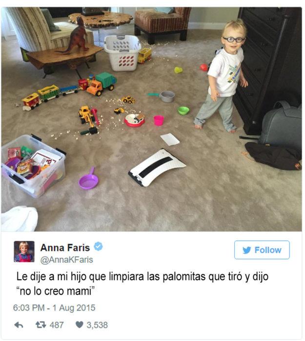 foto de un niño con el cuarto tirado y palomitas en el suelo