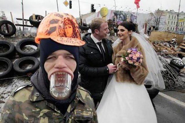 hombre con casco y vasito de vidrio en la boca frente a una pareja de casados