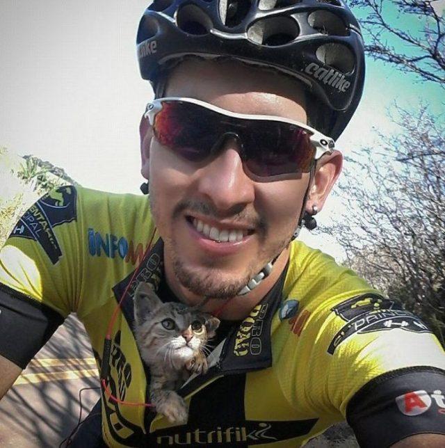 Ciclista con gato bebé dentro de su playera