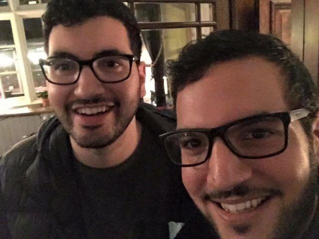 Dobles - hombres hasta con los mismos lentes