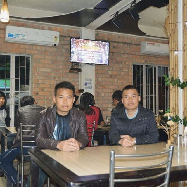 Dobles - semejan gemelos sentados juntos