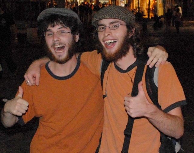 Dobles - chicos idénticos de naranja
