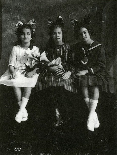 Frida Kahlo de niña con 3 pequeñas más