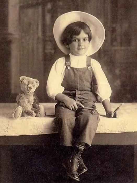 Frida Kahlo de niña con overol y sombrero