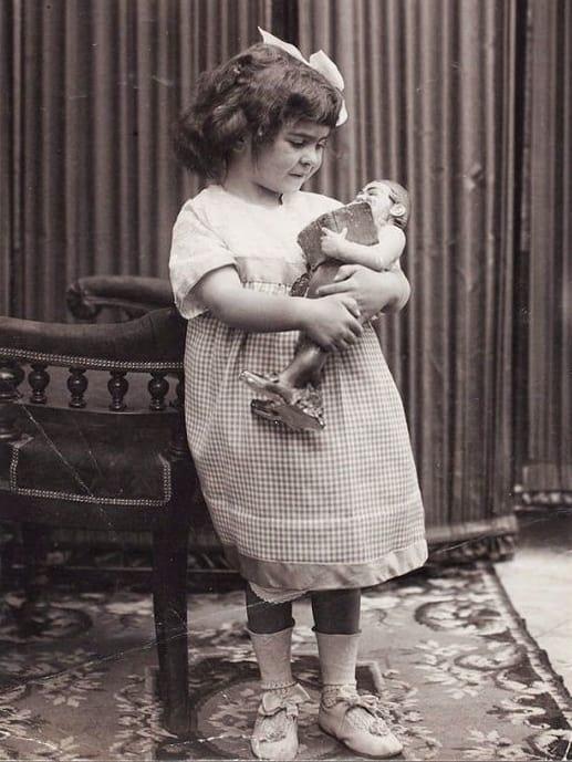 Frida Kahlo de niña con muñeca