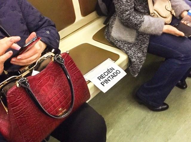 asiento recién pintado en el metro