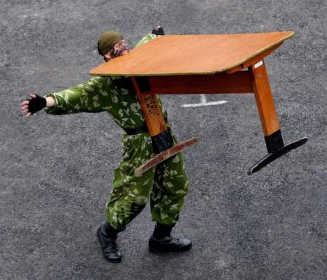 Imágenes incomprensibles - soldado cargando mesa con los dientes