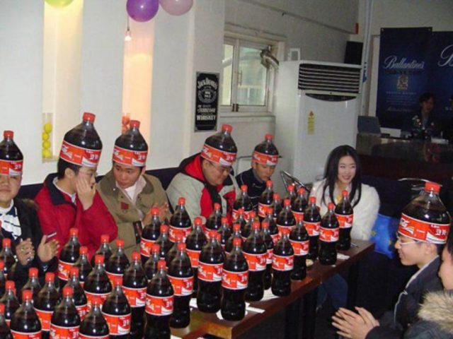 Imágenes incomprensibles - celebración con muchos refrescos y las personas con sombreros de refrescos