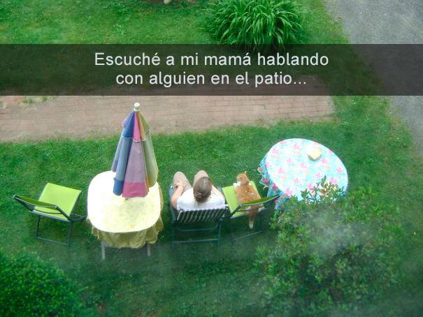 Mamá en el patio platicando con el gatito