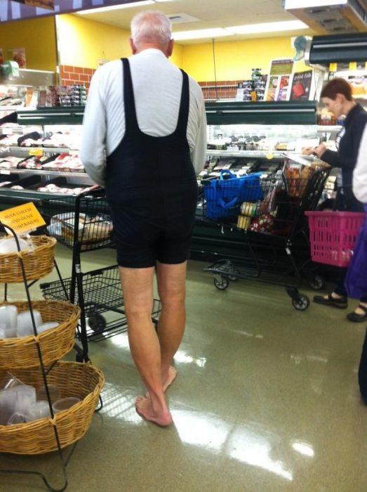 hombre sexy haciendo las compras