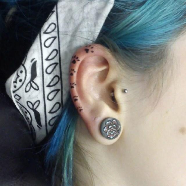 Tatuaje de huellas en el cartílago del oído
