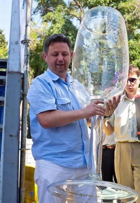 hombre manteniendo una copa gigante