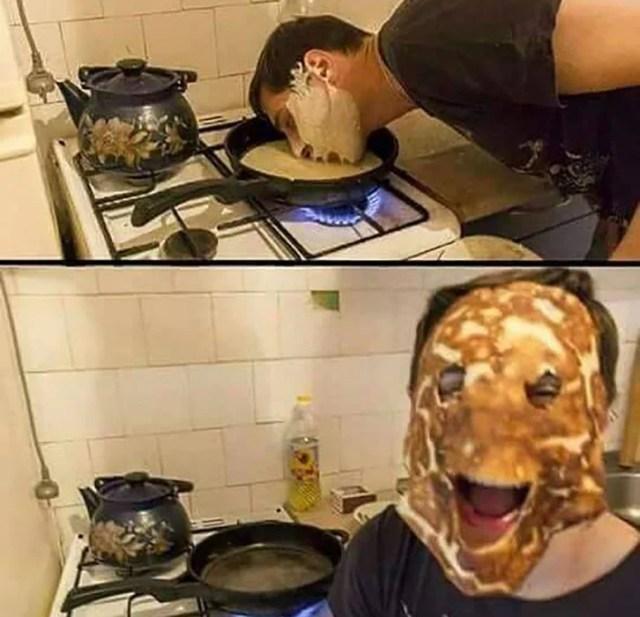 hombre coloca su semblante en un sartén y aparece con una careta de hotcake
