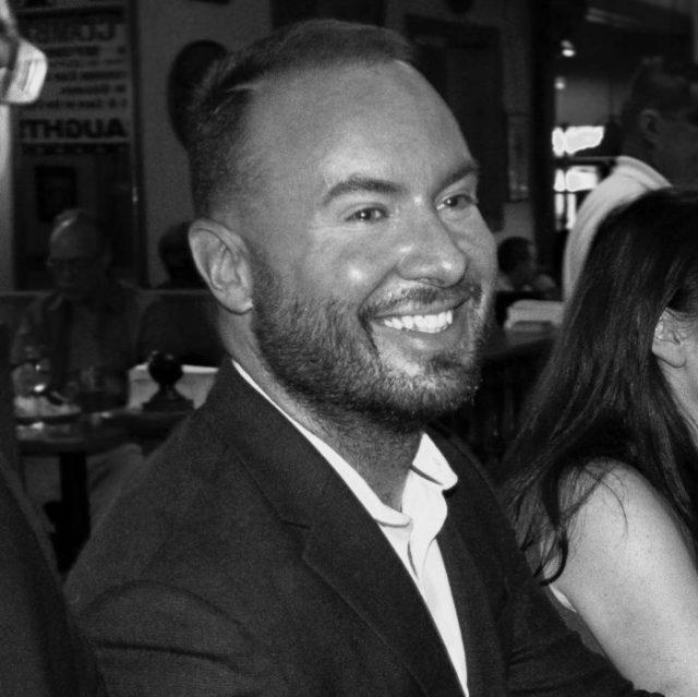 hombre feliz fotografía blanco y negro