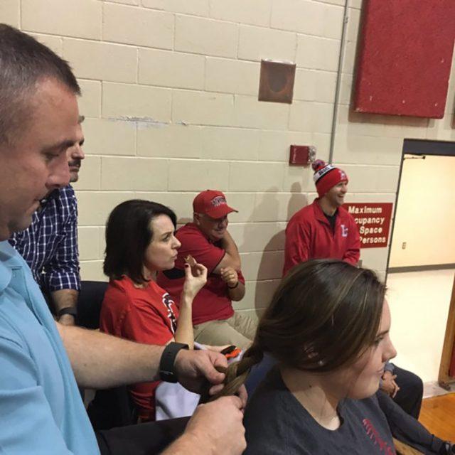 papá trenza el pelo de su hija adolescente