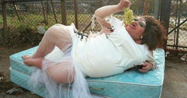 travesti vestido de novia recostado en un colchón