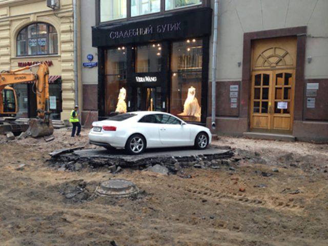 Vehículo queda atorado por los trabajos en la calle