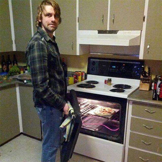 Hombre cocinando tira la puerta del horno