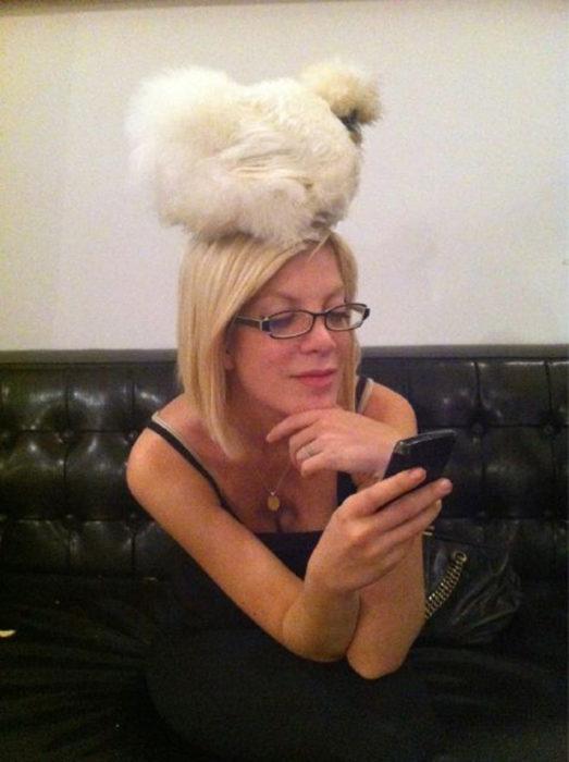 Tori Spelling con una gallina