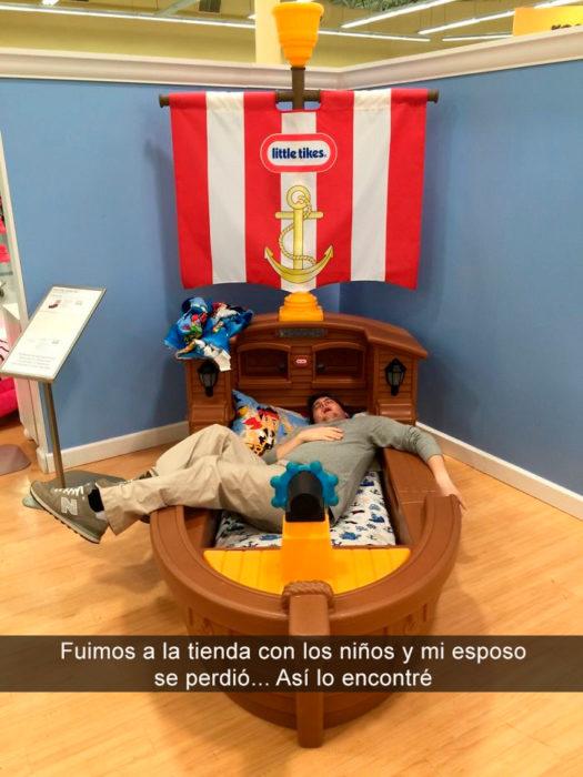 hombre dormido en tienda de niños