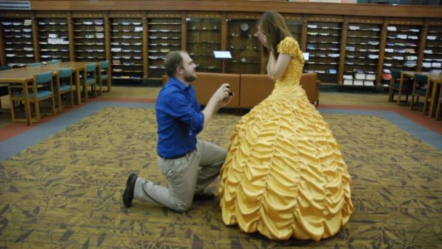 Le solicita matrimonio vestida de Bella
