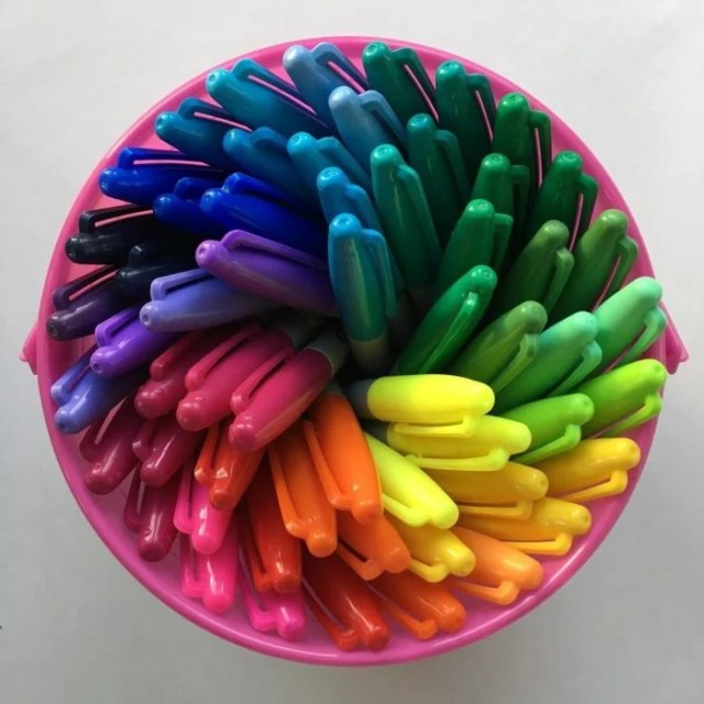 Plumones de colores acomodados