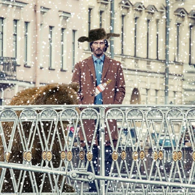 Batalla PS Keanu Reeves con sombrero y un oso