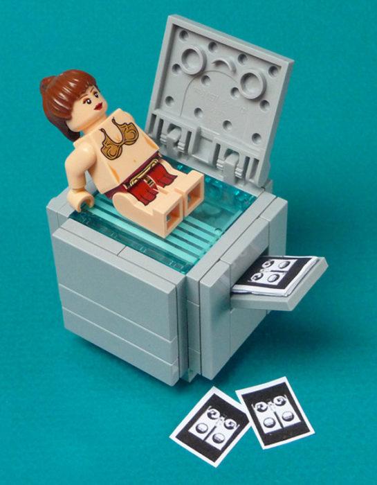 princesa Leía de lego jugando en la copiadora
