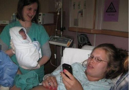 Mamá prefiere ver el celular que ver a su recién nacida