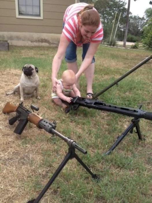 Mujer permite a su bebé jugar con rifles
