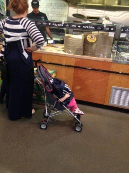 Mujer coloca su bolso en hacia de bebé mientras solicita comida