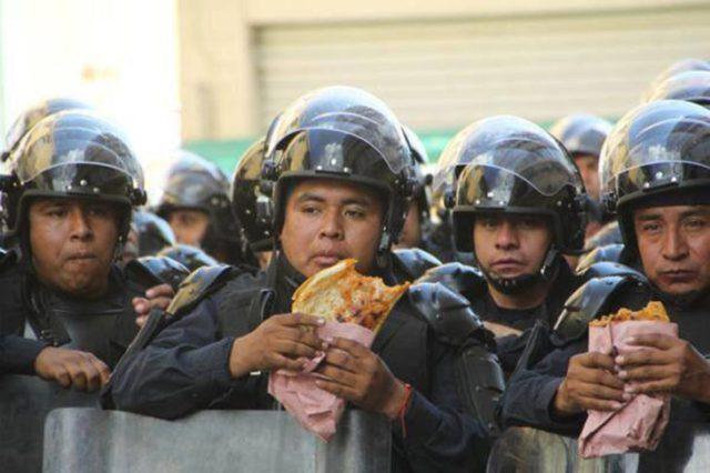 policías comiendo
