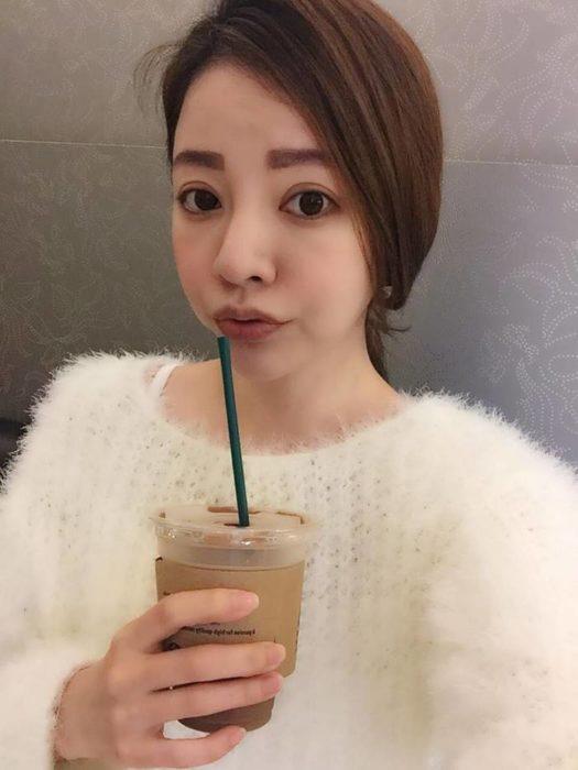 fayfay chavala tomando café