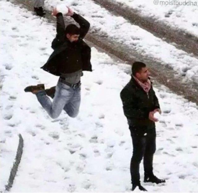 sujeto asalta a otro con una gran bola de nieve