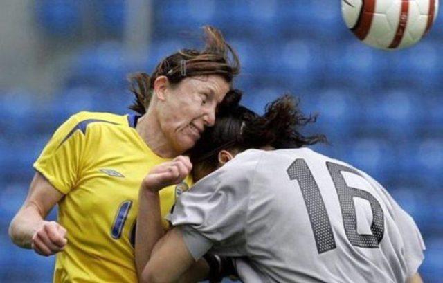 jugadoras de soccer chocan en disputa por el balón