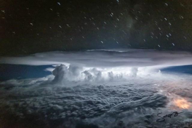 Gran nube de tormenta capturada sobre los bosques de Colombia